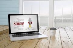 bärbara datorn med startar upp på skärmen med portbakgrund och kaffe Royaltyfri Foto