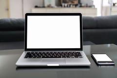 Bärbara datorn och smartphonen på tabellen hyr rum i regeringsställning, för montage för diagramskärm Ta din skärm till den pålag royaltyfri foto