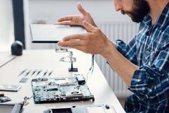 Bärbara datorn som demontera på den elektroniska reparationen, shoppar royaltyfri foto