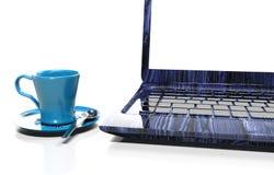 Bärbara datorn som isoleras på vit med den snabba banan, 3d framför Arkivbild