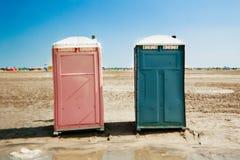 Bärbara unisex- toaletter på stranden royaltyfri fotografi