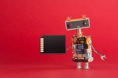 Bärbart begrepp för kort för minne för lagringsapparat Abstrakt robotsystemadministratör med den elektroniska beräknande chipströ Royaltyfri Foto