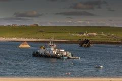 Bärgningfartyg bland stycken av skeppsbrott Royaltyfri Fotografi