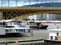 B?rgningoperationer p? Donauen under den Margaret bron var ett sjunkit fartyg 2 dagar tidigare arkivfoton