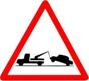 Bärgningsbil som drar för vägmärkevarning för bil som den röda triangulära illustrationen isoleras på vit backgorund Royaltyfri Foto