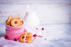 Bärkakor med mjölkar på träbakgrund Royaltyfri Fotografi