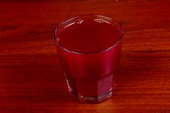 Bärmorse drink arkivfoton