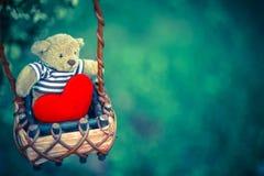 Bärnpuppe und rotes Herz Stockfoto