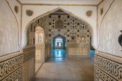 Bärnsten Indien - September 19, 2017: Härliga inre mughal arkitektoniska detaljer inom av den Amber Fort slotten i Indien royaltyfria bilder