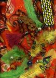 Bärnsten pryder med pärlor att ligga på den färgrika sjalen med knappar och fjädrar arkivfoto