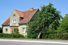 BÄRNSTEN RYSSLAND Gammalt hus av den tyska constructtructionen i sommardag blå solig russia för tak för daghuskaliningrad region  Royaltyfria Foton