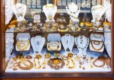 Bärnstensfärgade smycken och souvenir Royaltyfri Bild