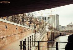 Bärnstensfärgat hus för vykortsikt i Tyskland Hamburg, europeisk gata, vatten under bron Royaltyfria Foton