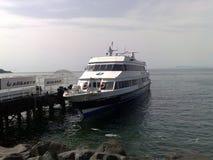 Bärplansbåt till porten av Sorrento Royaltyfria Bilder