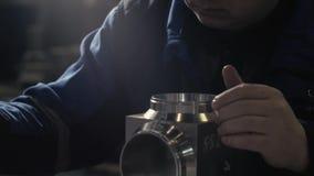 Bärs kvalitets- försäkring för färdigt gods i maskinlära ut av det mäta hjälpmedlet Klämmor i hand stock video
