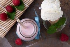Bärsmoothie i krus med vaniljglass i kotten, hälsa arkivbilder