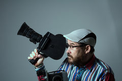 Bärtige alte Retro- Filmkamera des Mannes zwei Lizenzfreie Stockbilder
