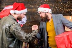 Bärtige Männer tragen Präsentkartons Grobe Hippie-Kerle feiern Weihnachten mit Geschenken LieferungsWeihnachtsgeschenk stockfotografie