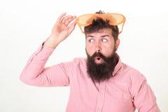 Bärtige Mannabnutzungssonnenbrille Hippie-Abnutzungsfensterladen schattiert extrem große Sonnenbrille Sonnenbrille macht Attribut stockfotos