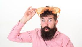 Bärtige Mannabnutzungssonnenbrille Wie man zu Ihren folgenden Ferien fertig wird Hippie-Abnutzungsfensterladen schattiert extrem  lizenzfreie stockbilder