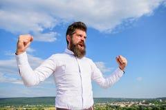Bärtiger Hippie des Mannes fühlt sich stark und von der Energie wenn erreichte Spitzenleistung voll Der emotionale Mann genießen  Lizenzfreies Stockbild