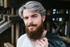 Bärtiger Hippie mit dem Nasenring im Freien Lizenzfreie Stockbilder