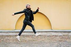 Bärtiger Hippie mit Nasenring in der Lederjacke Stockbilder