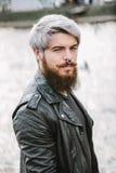Bärtiger Hippie mit Nasenring in der Lederjacke Lizenzfreie Stockfotografie