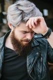 Bärtiger Hippie mit Nasenring in der Lederjacke Stockfotos