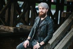 Bärtiger Hippie mit Nasenring in der Lederjacke Lizenzfreies Stockfoto