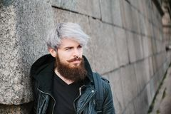 Bärtiger Hippie mit Nasenring in der Lederjacke Stockfoto