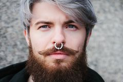 Bärtiger Hippie mit Nasenring in der Lederjacke Stockfotografie