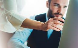 Bärtiger junger Geschäftsmann, der an Büro arbeitet Denkendes Schauen Direktornmannes im Monitorcomputer Managertreffen Idee, ala lizenzfreie stockfotos