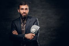 Bärtiger Kameramann hält alte 8mm Videokamera Lizenzfreies Stockfoto