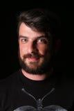 Bärtiger Kerl, der die Kamera untersucht abschluß Herauf schwarzes Stockfotos