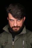 Bärtiger Kerl in der kakifarbigen Jacke, die die Kamera untersucht abschluß Herauf schwarzes Lizenzfreie Stockbilder