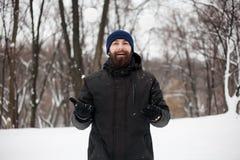 Bärtiger Kerl, der Schneebälle spielt Lizenzfreie Stockfotografie