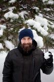 Bärtiger Kerl, der Schneebälle spielt Stockbilder