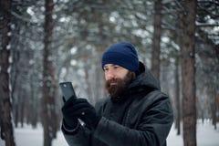 Bärtiger Kerl, der Schneebälle spielt Lizenzfreie Stockfotos