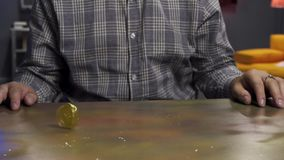 B?rtiger Kerl in der Sonnenbrille ist spinnt froh gro?e neue Gold-bitcoin M?nze auf Tabelle stock video footage
