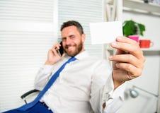 Bärtiger Kerl des Geschäftsmannes sitzen das überzeugte Bürofühlung Manngriffgeschäft oder Bankkartekopienraum Ist hier meine Zah lizenzfreie stockfotografie