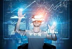 Bärtiger Kerl in VR-Gläsern und in den blauen Hologrammen Lizenzfreies Stockfoto