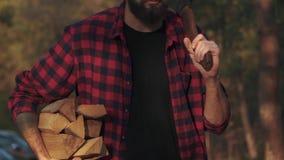 Bärtiger Kerlweg im Wald mit gehackt meldet eine Hand und Axt in seiner Schulter an Förster trägt Brennholz stock video footage