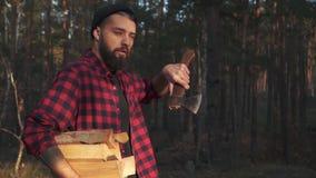 Bärtiger Kerlweg im Wald mit gehackt meldet eine Hand und Axt in seiner Schulter an Förster trägt Brennholz E stock video footage