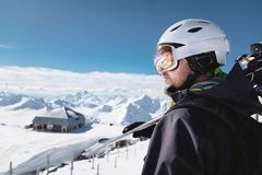 Bärtiger männlicher Skifahrer des Nahaufnahme-Porträts gealtert gegen Hintergrund von Bergen Ein tragender Ski des erwachsenen Ma lizenzfreies stockbild