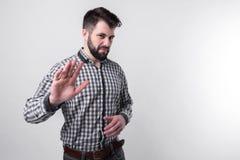 Bärtiger Mann auf einem hellen Hintergrund lehnt kategorisch die weitere Zusammenarbeit, Vorschläge, Dialog ab Stockfotografie