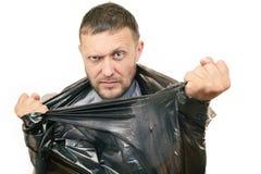 Bärtiger Mann bricht die Plastiktasche auf weißem Hintergrund Stockfotos