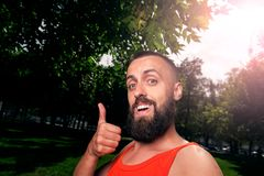 Bärtiger Mann, der camera02 betrachtend lächelt Lizenzfreies Stockbild