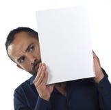 Bärtiger Mann, der ein unbelegtes weißes Segeltuch anhält Stockfoto