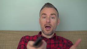 Bärtiger Mann, der am Fernsehen schreit stock video footage